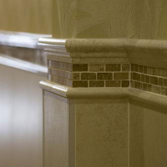 Battiscopa, greche e listelli per rifinire in modo impeccabile i mosaici in marmo