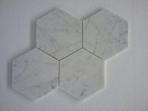 Mosaico di marmo a formato esagonale in Bianco Carrara levigato