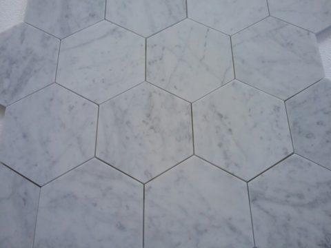 Particolare del mosaico di marmo in Bianco Carrara a formato esagonale