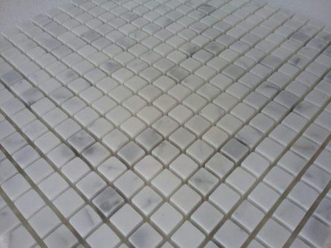 Particolare del modulo in mosaico di marmo Bianco Statuario